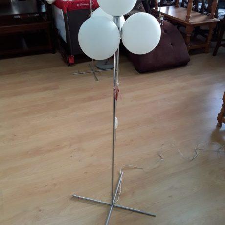 (102) (CK09102) Three Globe Free Standing Lamp.125cm High. 45.00 euros.