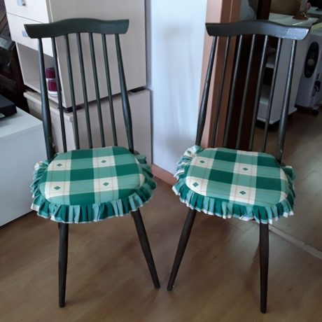 (16) (CK17016) Two Matching High Back Wooden Chairs.10.00 euros.(EACH).